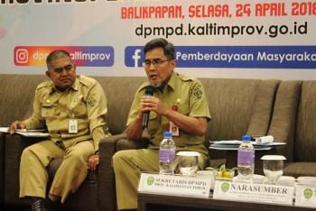 Kepala DPMPD Prov. Kaltim Jauhar Efendi menanggapi salah satu pertanyaan peserta rakor